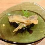 フランス料理 サンク - 稚鮎のフリット 鮎のテリーヌと胡瓜のサンドの上にのってます
