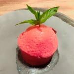フランス料理 サンク - 苺づくしのデザート 苺の泡・苺のアイスクリーム・苺のジャム・フレッシュ苺・下には苺の果汁を使ったパンケーキが敷いてあります♡