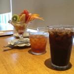 90617737 - フルーツたっぷりパフェのドリンクセット(\1,000)と単品のアイスコーヒー(¥300)