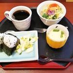 花ごよみ - コーヒー(420円)、モーニング(おにぎり、漬物、サラダ、茶碗蒸し)