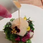 フランス料理 サンク - 抜群の火入れのサーモンのコンフィのサラダ仕立てに更にソースをかけていただきました