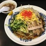 萬楽飯店 - 冷し中華850円。熱いスープは箸休め?