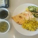 アラジン - 左上:ゴルメ サブジ、左下:たぶんアーシュレシュテ、皿にはナンとサラダ三種類とたぶんポロ
