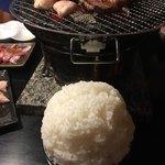 焼肉の田口 - 1号店である飯山店のご飯。盛り方がほかよりこんもりさん