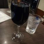 俺のやきとり - なみなみ赤ワイン。