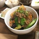 ソイソイカフェ - 今日明日のランチのメインは 「夏野菜のそぼろあんかけ」  茄子やかぼちゃ、オクラは 上間さん家の無農薬島野菜。  それにカラフルな国産パプリカ、ブロッコリー。 もちろん揚げ豆腐も添えて。  さっちゃん自家製ラー油をたらりと。  しっかり食べて夏バテをふっとばせ♪ランチ。