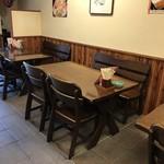 明石丁 - 4人掛けテーブルが3卓あります(2018.8.10)