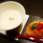 完全個室 リゾート DEN - お通し 桃のスープと生ハムのブルスケッタ