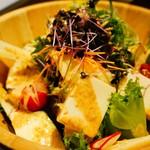完全個室 リゾート DEN - 九条葱と豆腐の金胡麻サラダ