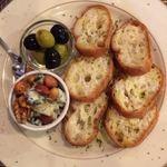 バーチーズ カマクラ - オリーブとゴルゴンゾーラチーズの盛り合わせ