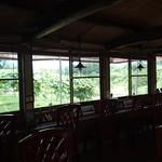 山ぶどう農園 野の香 - 店内から山ぶどう農園を見る