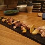 ヤサイ ホリ - 淡海地鶏もも肉の炭火焼き