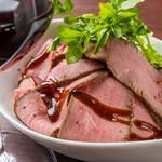 やわらか牛もも肉のローストビーフ 燻製バルサミコソース
