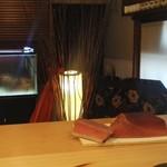 90671888 - 噴火湾の本鮪、ケープタウンのインド鮪、奥の水槽は伊勢海老