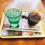 フレッシュネスバーガー - メロンソーダとアイスブレンドコーヒー