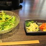 焼肉 こうちゃん - サラダ、キムチ