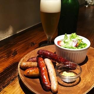 夜カフェ【ソーセージ盛合せ&ビール】