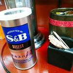 カレーうどん屋 咲々 - 卓上にはS & Bの辛みスパイス。