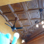 Yonchome Cafe - 天井のシーリングファンもコロニアル風