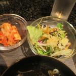 溶岩焼肉バル AKANE IRO - サラダとキムチ