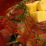 90682756 - まぐろ赤身やトロに、蛸やハマチ、いか漬け丼のいかなど種類豊富な魚介に、大葉や甘口の卵焼きがマッチ