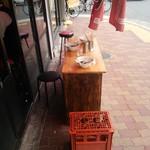 中華そば 住吉 - テラス席(笑) 椅子代わりに日本酒一升瓶の空ケース