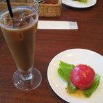トスカーナ - セットのアイスコーヒーとまるごとトマトサラダ
