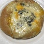 横濱港町ベーカリー玉手麦 - 3種のチーズをのせたフォカッチャ@200円+税
