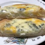 横濱港町ベーカリー玉手麦 - 3種のチーズをのせたフォカッチャ 断面