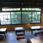 博多 弁天堂 - 中庭の見える座敷席には座り心地の良いクッションが置いてあります