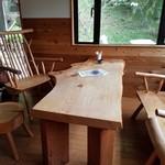 ときどき館 - ステキな木のテーブル席