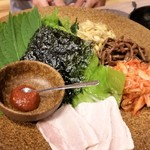 Hakatagyuuzou - 前菜盛り合わせ。エゴマの葉やサンチュに包んで食べます。これが美味しかった。