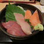 まぐろ市場 - まぐろ・びん長・サーモン丼780円