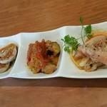 90716677 - タパス3種盛り合わせ(甘海老のエスカベッシュ、野菜のカポナータ、鶏ハム)。