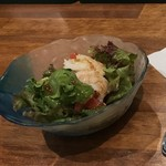海老料理専門 プラウン&ロブスターバー えびっとる - サラダにもぷりっぷりっの海老ෆ̈