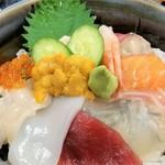 福魚食堂 - アップ。お刺身は薄~く切られております。ご飯の上に散られた海苔が透けてみえます。(笑)