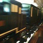 9073304 - 料理を運んでくれる汽車