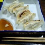 大城 - 刺身皿に盛られた色白な焼き餃子。うまし!