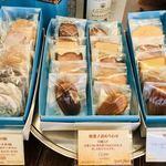 90730836 - 焼き菓子も、お手頃ですね♬   パッケージのティファニーっぽいブルーも素敵です。