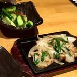 北海道食市場丸海屋 - たたき胡瓜 380円(税別)・鶏せせりのガーリック炒め 580円(税別)
