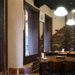 葡萄酒房allee - 壁面は白壁にレンガ