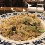 重慶飯店 - 鶏肉と高菜の辛味炒飯