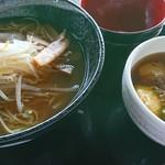 六甲フードテラス - 料理写真:醤油ラーメンと明石焼き