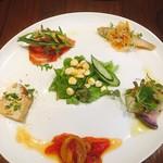 Osuteriayururi - 前菜             キッシュ、生ハムパイン、子鯵エスカベッシュ、カルパッチョ、パプリカのマリネ?とゴールドラッシュのサラダ。             パプリカあんまり好きじゃないのにメッチャ美味しかったー♪