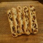 パン工房 小麦屋 - カンパーニュフリュイ(216円/1/4):フルーツたっぷり