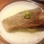 自由が丘牛タンいろ葉 - 名物 茹でタン ¥999  臭みもとれていて、箸で切れる柔らかい牛タン。タン焼きも食べましたが、完成度は茹での方が高いように思います。下に敷いてある大根が、肉の旨味を吸って絶品でした。