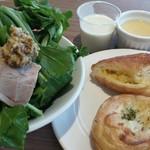 彩の国レストラン - またまたルッコラとパン。奥の白いのが枝豆のスープ。
