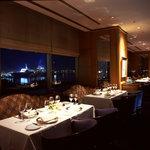 パノラミックレストラン ル・ノルマンディ - 店内から望むみなとみらいの夜景は絶景