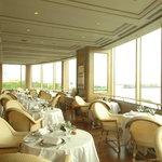 パノラミックレストラン ル・ノルマンディ - 豪華客船ノルマンディ号の甲板の高さに設えられたデッキ席 横浜港を一望!