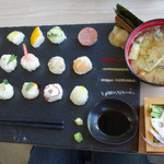 New Style - TEMARI 980円。 15種類の手まり寿司の他に、あら汁やサラダも付いています。